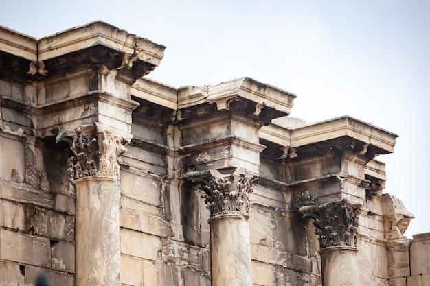 Restos de la biblioteca de adriano, atenas, grecia.