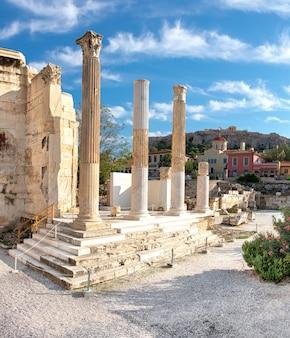 Restos de la biblioteca de adriano, plaka y acrópolis