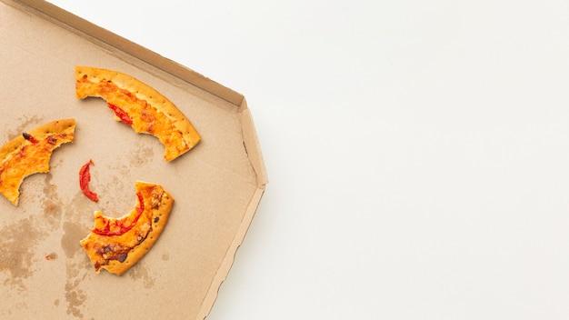 Restos de pizza de desperdicio de comida en una caja