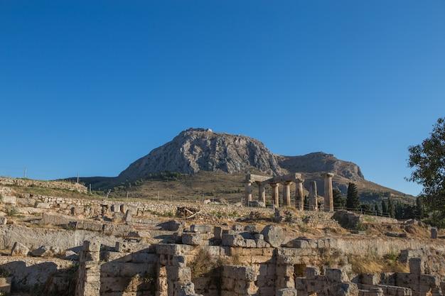 Los restos del templo de apolo en el sitio arqueológico de corinto en el peloponeso, grecia