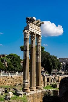 Restos del templo de vesta en el foro romano en roma, italia
