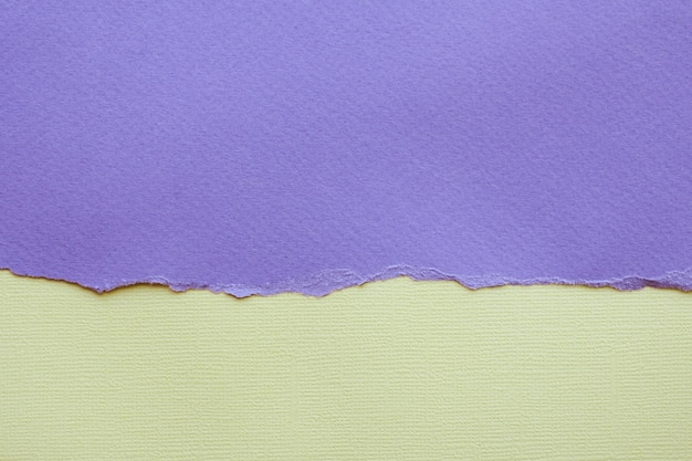 Resumen de antecedentes y textura. papel rasgado de color lila y papel con textura de color amarillo claro.