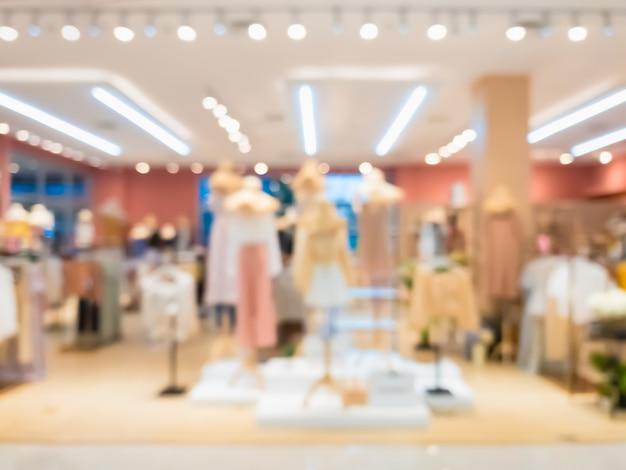 Resumen borroso del interior de boutique de tienda de ropa de moda