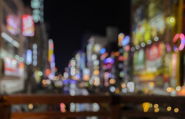 Resumen borroso vallas publicitarias iluminadas por la noche en osaka, japón