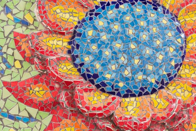 Resumen, coloridos patrones de azulejos de cerámica en el templo (wat ban rai) en el distrito de dan khun thot, provincia de nakhonratchasima, tailandia