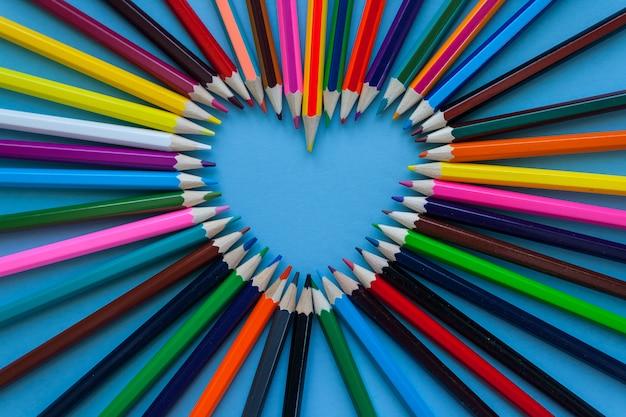 Resumen de desenfoque de fondo. crayon heart - forma de corazón hecha de lápices de colores