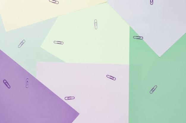 Resumen diferentes fondos pastel multicolores con clips y lugar para texto