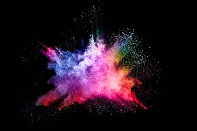 Resumen explosión de polvo coloreado sobre un fondo negro