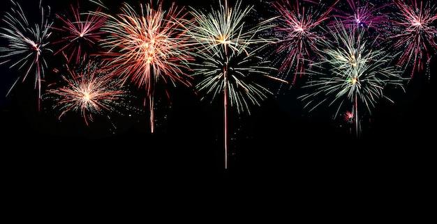 Resumen de fuegos artificiales de colores con espacio libre para texto