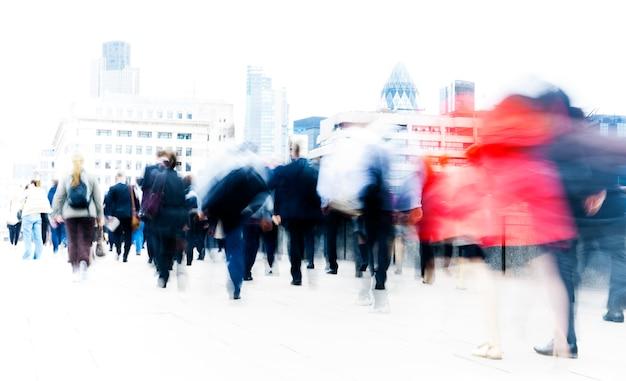 Resumen gente de negocios borrosa desplazamientos durante la hora punta