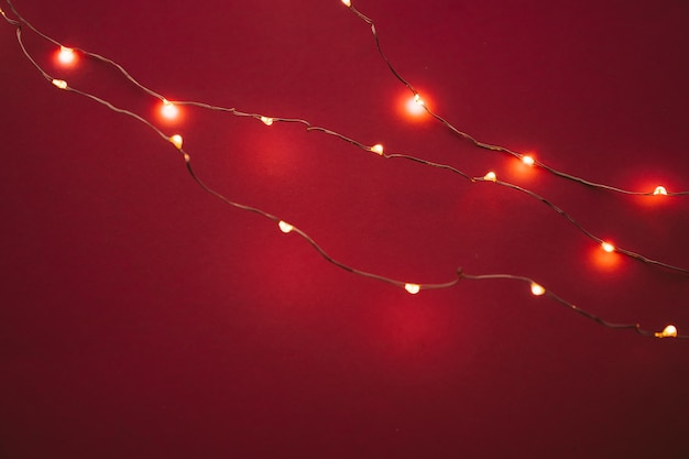 Resumen guirnalda de luces de navidad sobre fondo oscuro
