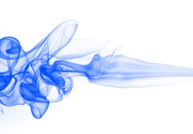 Resumen de humo azul sobre fondo blanco, tinta azul color de agua