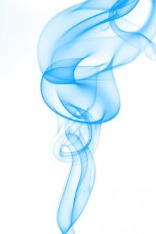 Resumen de humo azul sobre fondo blanco