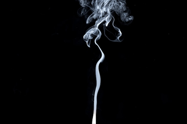 Resumen, humo blanco aislado en negro