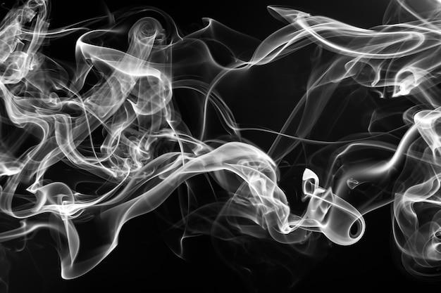 Resumen de humo blanco sobre fondo negro, fuego