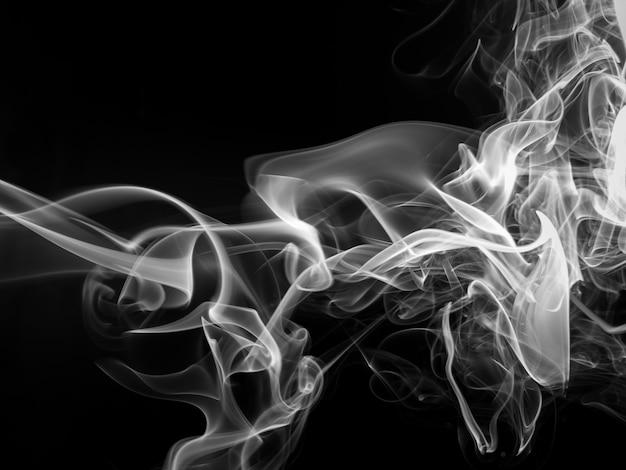 Resumen de humo blanco sobre negro