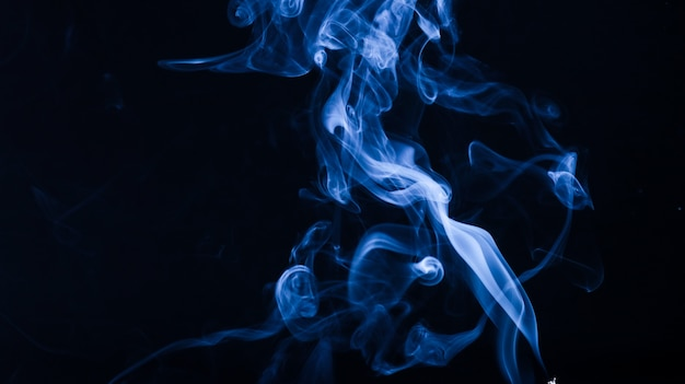 Resumen humo fotografía azul oscuro color y salpicaduras de tinta con agua