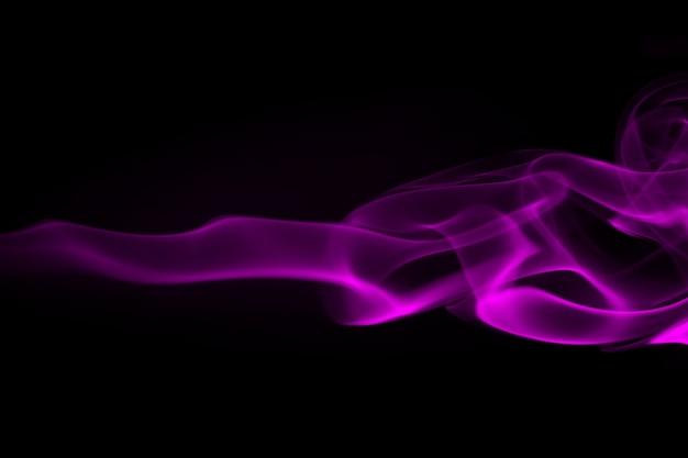 Resumen de humo púrpura en negro y concepto de la oscuridad