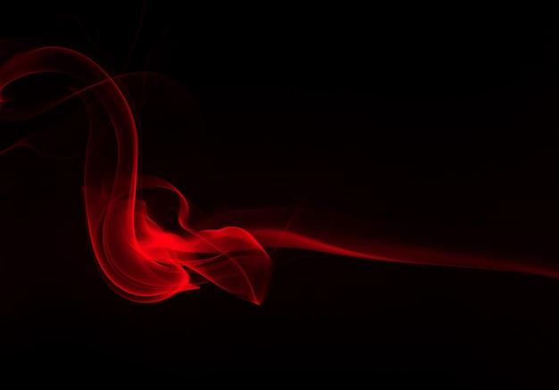 Resumen de humo rojo sobre fondo negro, diseño de fuego