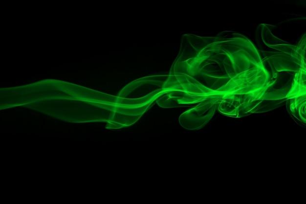 Resumen de humo verde sobre fondo negro