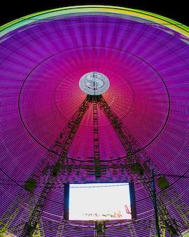 Resumen luces de neón en una rueda de maravilla