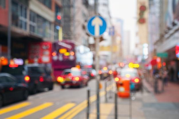 Resumen luz borrosa transporte con señales de tráfico en la calle en hong kong