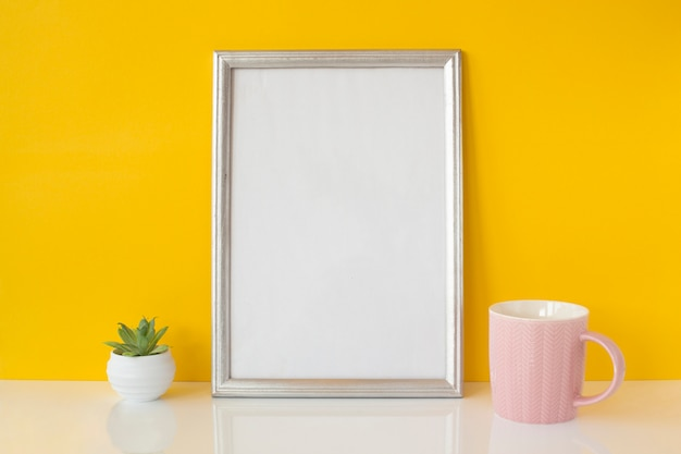 Resumen marco blanco con taza de cerámica