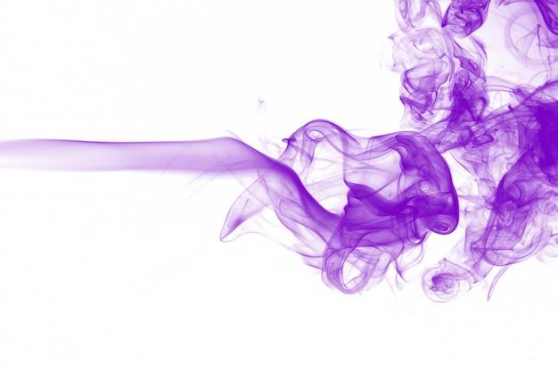 Resumen de movimiento de humo púrpura sobre fondo blanco