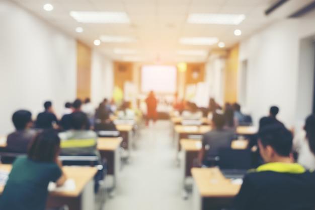 Resumen personas borrosas haciendo taller en sala de entrenamiento