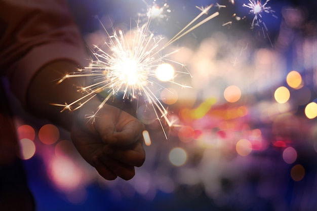 Resumen pirotecnia borrosa de fuegos artificiales y bokeh en la oscuridad para el concepto de celebración