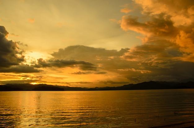 Resumen puesta de sol en el lago en tailandia