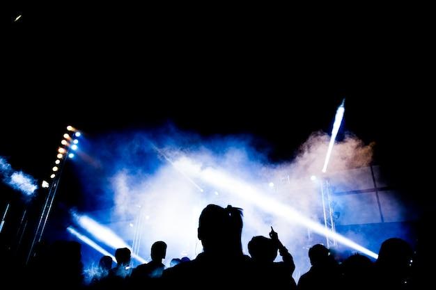 Resumen silueta de fiesta con luz y humo en el momento feliz