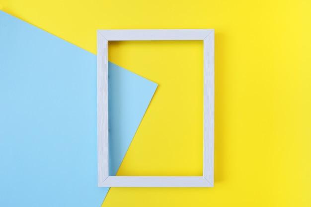 Resumen simulacro con marco de madera blanco sobre amarillo y azul