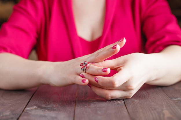 Retirada del anillo de compromiso del dedo