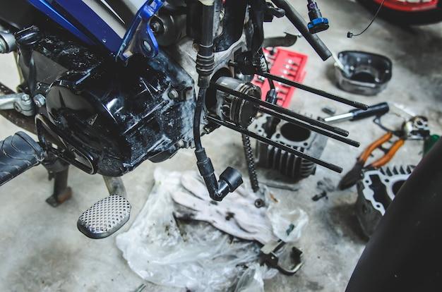 Retire las piezas de reparación de la motocicleta.