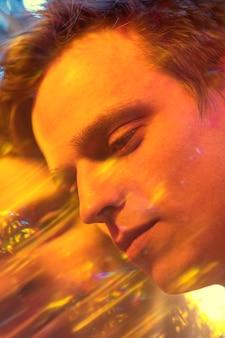 Retrato abstracto de hombre guapo en estilo vaporwave