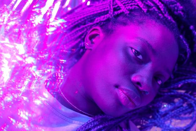 Retrato abstracto de mujer afroamericana en estilo vaporwave