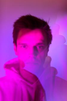 Retrato abstracto vaporwave del hombre