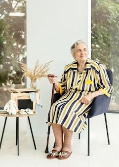 Retrato de abuela en elegante vestido en casa