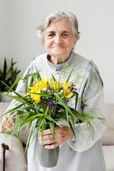 Retrato de abuela sosteniendo flores