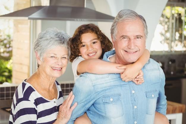 Retrato de abuelos felices con su nieta