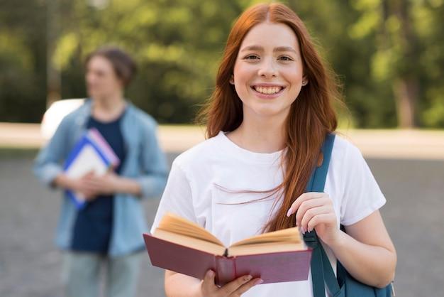 Retrato de adolescente bonita sonriendo