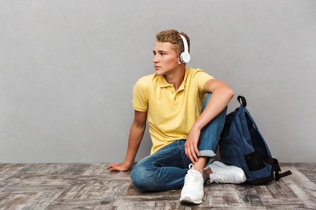 Retrato de un adolescente casual en auriculares