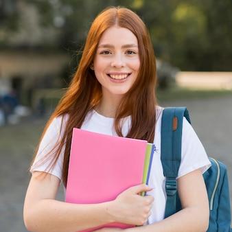 Retrato de adolescente feliz de volver a la universidad