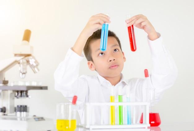 Retrato de adolescente haciendo experimento