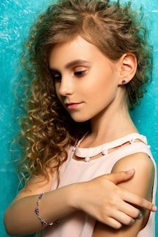Retrato de un adolescente haciendo publicidad de joyas