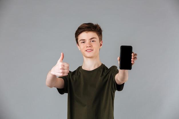 Retrato de un adolescente masculino feliz