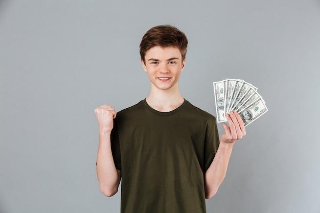 Retrato de un adolescente masculino satisfecho