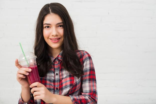 Retrato de adolescente con smoothie