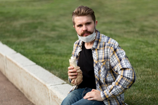 Retrato de adolescente sosteniendo un kebab